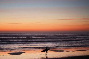 Surfer à l'océan, photographie haute résolution libre de droit à télécharger pour identité visuelle, communication et décoration. Paysage marin Sport Surf
