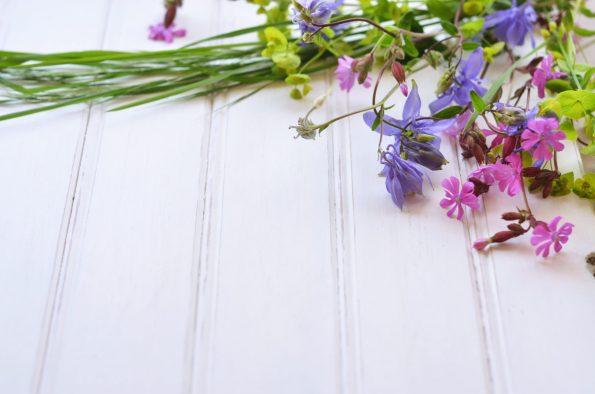 Table fleurie, image haute résolution libre de droit à télécharger pour identité visuelle, communication et décoration. Décoration Couleur Bois Plantes
