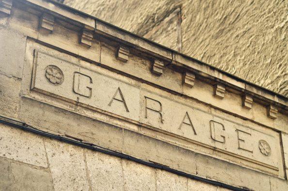 Enseigne de garage, photographie haute résolution libre de droits à télécharger pour identité visuelle, communication et décoration. Ville Marque Vintage