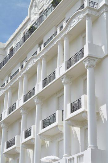 Immeuble blanc, photographie haute résolution libre de droits à télécharger pour identité visuelle, communication et décoration. Ancien Art Déco France