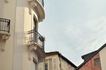 Immeubles anciens, photographie haute résolution libre de droits à télécharger pour identité visuelle, communication et décoration. Ville Bâtiments Soleil