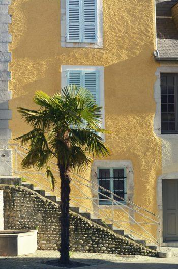 Ville du sud, photographie haute résolution libre de droits à télécharger pour identité visuelle, communication et décoration. Village Soleil France