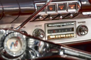 Tableau de bord, photographie haute résolution libre de droits à télécharger pour identité visuelle, communication et décoration. Voiture Radio Vintage