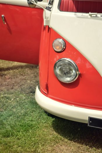 Van rétro, photographie haute résolution libre de droits à télécharger pour identité visuelle, communication et décoration. Bus Combi Orange Vintage Blanc