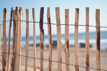 Petite barrière dans la dune, image haute résolution libre de droits à télécharger pour identité visuelle, communication et décoration. Mer Marin Soleil