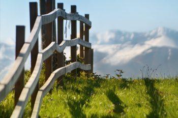 Clôture en bois dans la montagne, image haute résolution libre de droits à télécharger pour identité visuelle, communication et décoration. Nature Pâturages