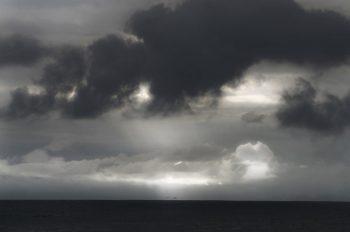 Rayon de soleil sur l'océan, image haute résolution libre de droits à télécharger pour identité visuelle, communication et décoration. Paysage Orage Mer