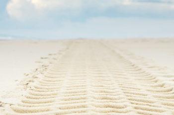 Traces de pneus sur la plage le matin, image haute résolution libre de droits à télécharger pour identité visuelle, communication et décoration. Photographie de bord de mer, sable, océan / Paysage marin, maritime / Empreintes, Véhicule, Camion / Creative Lune • Images et Photos de mer et d'océan téléchargeables