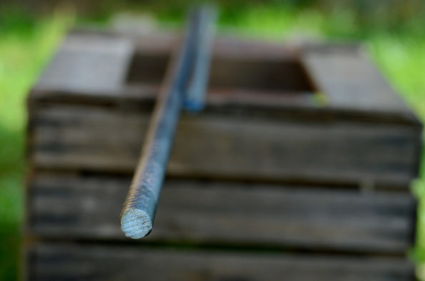 Fers à béton posés sur une caisse en bois, image haute résolution libre de droit à télécharger / Travaux, Maison, Jardin, Outil, Matériaux, Photo, Bricolage
