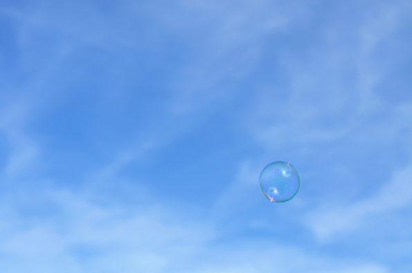 Bulle de savon sur un ciel bleu • Image haute résolution libre de droits à télécharger / Fête, Enfance, Délicat, Fragile, Estival, Jeu, Photographie, Photo