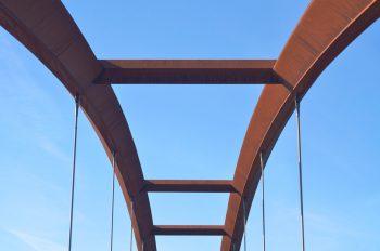Ouvrage urbain : structure de pont en métal • Image haute résolution libre de droits à télécharger / Ville, Contemporain, Design, Passerelle, Détails, Photo
