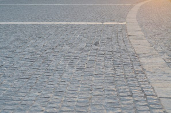 Vieille ville et chemin en pavés au soleil couchant • Image haute résolution libre de droits à télécharger / Village, France, Béarn, Europe, Urbain, Ouvrage