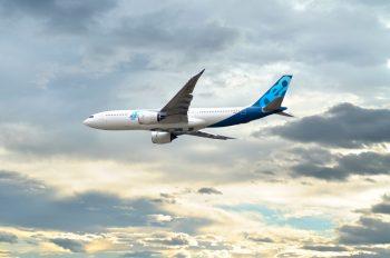 Avion de ligne en vol sur un ciel nuageux • Image haute résolution libre de droits à télécharger / Transport, Aérien, Appareil, Modernité, Vacances