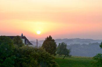 Paysage de campagne au soleil couchant • Image haute résolution libre de droits à télécharger