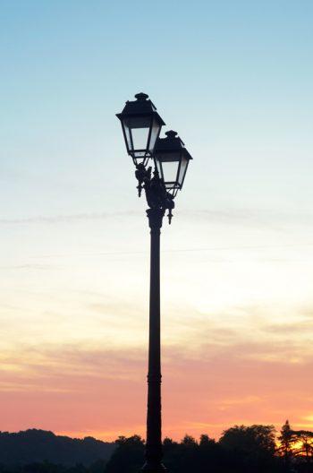 Lampadaire ancien au soleil couchant • Photo Ville