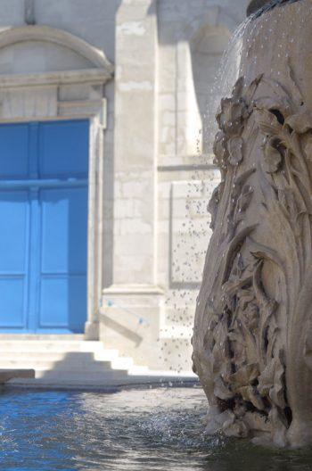 Vieille ville en été : fontaine et église