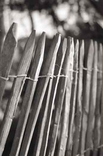 Barrière en bois esprit bord de mer • Photo noir et blanc Libre de droits à Télécharger / Image de barrière en bois et paysages maritimes - Creative Lune