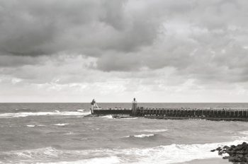 Oceanic landscape : lighthouse and jetty - downloadable & royalty free photo • Creative Lune