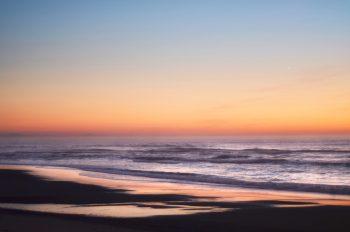 Coucher de soleil sur l'océan, photographie haute résolution libre de droit à télécharger pour identité visuelle, communication et décoration. Nature Mer