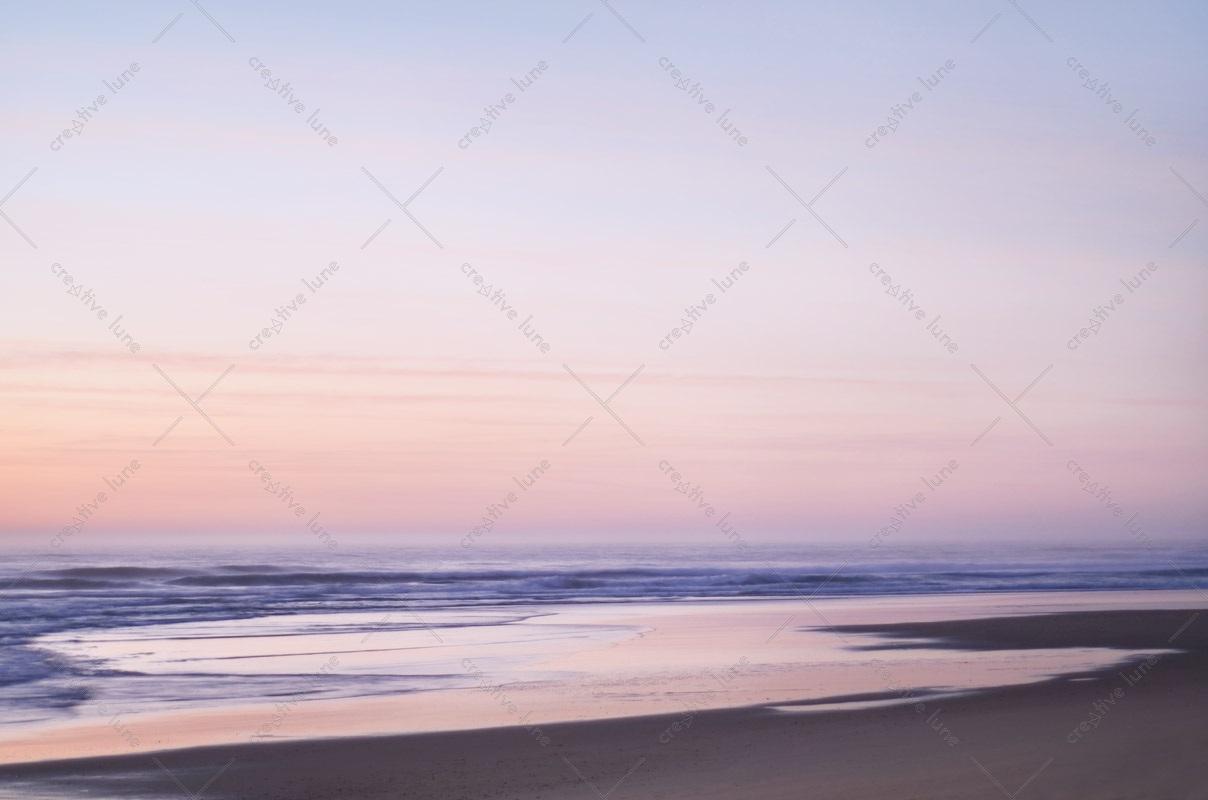 Océan rose, photographie haute résolution libre de droit à télécharger pour identité visuelle, communication et décoration. Paysage marin nature sauvage