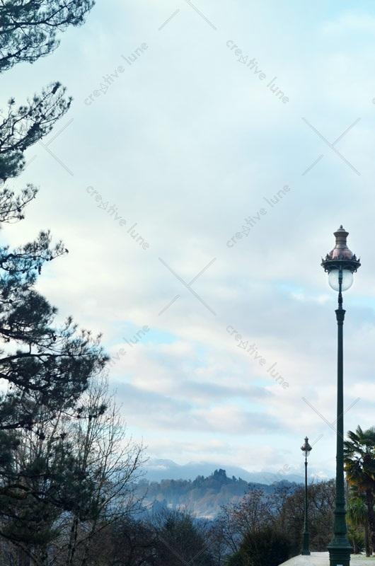 Lampadaires dans un parc, photographie haute résolution libre de droits à télécharger pour identité visuelle, communication et décoration. Ville Urbain