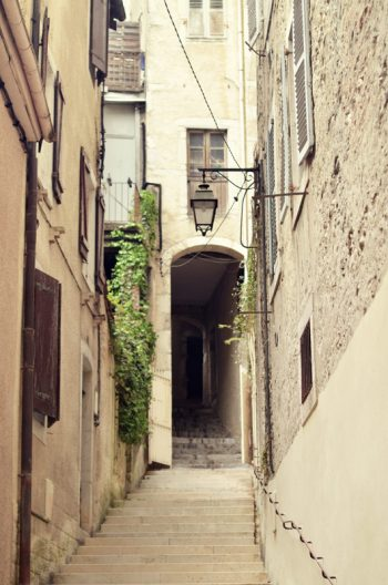 Passage médiéval, format portrait, photographie haute résolution libre de droits à télécharger pour identité visuelle, communication et décoration. Ville