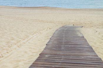 Plage et planches de bois, photographie haute résolution libre de droits à télécharger pour identité visuelle, communication et décoration. Mer Sable Ocean