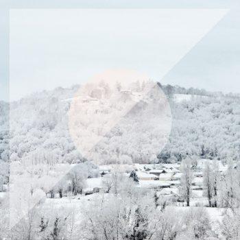 Village sous la neige, carte imprimable et libre de droits pour identité visuelle, communication et décoration. Noël Hiver Blanc Froid Doux Nordique