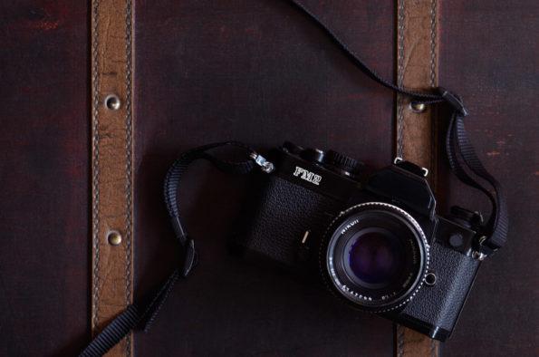 Appareil photo argentique posé sur une valise en bois, image haute résolution libre de droits à télécharger / Voyage, Découverte, Tourisme, Photographie