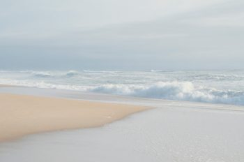 Paysage de bord de mer par temps brumeux • Image haute résolution libre de droits à télécharger