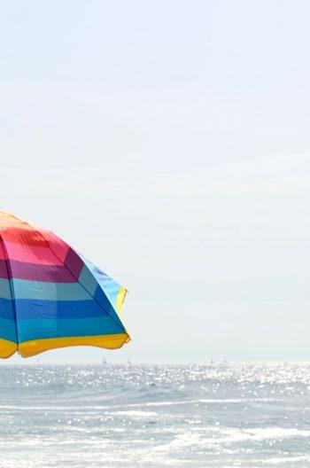 Vacances au bord de la mer : soleil et parasol • Photo de paysage • Libre de droit