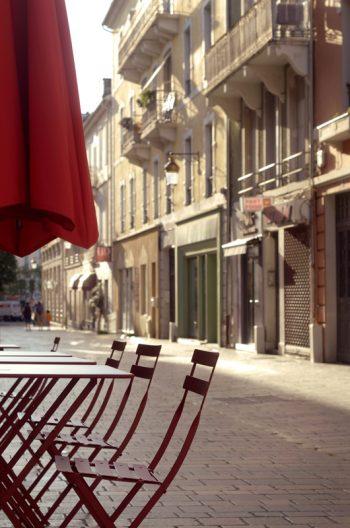 Ville et Art de vivre : ruelle ensoleillée • Image haute résolution libre de droits à télécharger
