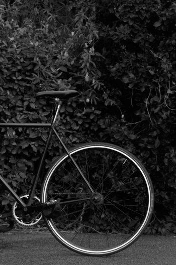 Esprit urbain et rétro : vélo de ville • Photo en noir et blanc • Libre de droit
