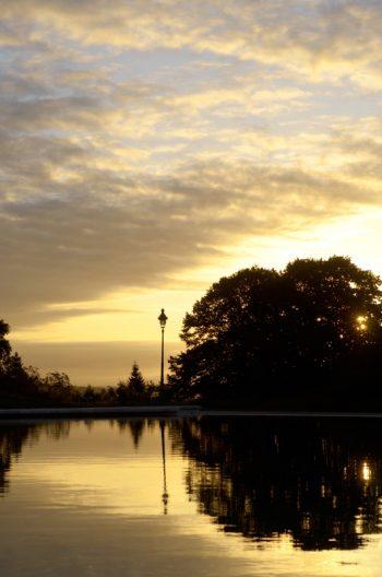 Lever de soleil sur l'eau dans un parc • Photo Pau et parc Beaumont libre de droits à Télécharger