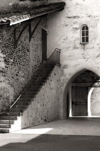 Patrimoine & Histoire : architecture landaise • Photographie noir et blanc à télécharger / Image tourisme France et Landes, village d'Amou - Creative Lune