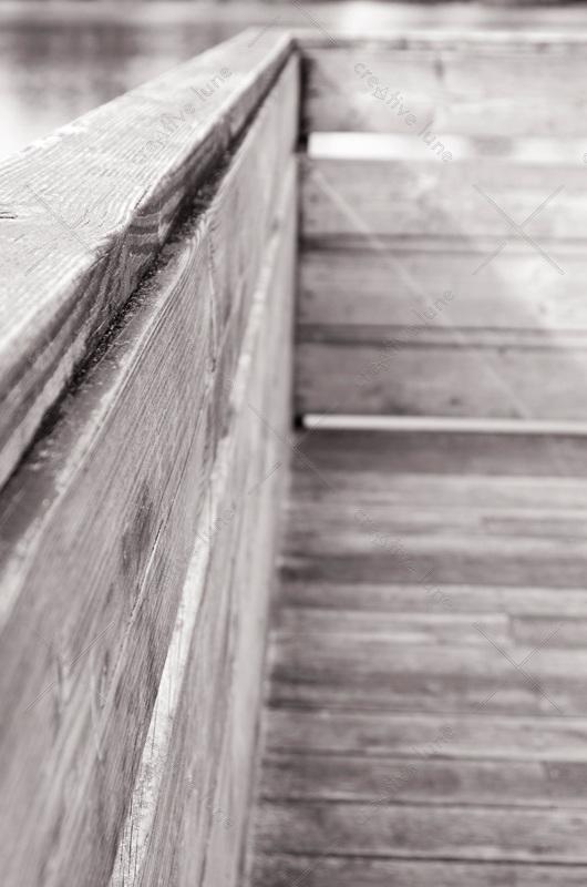 Ponton en bois au dessus de l'eau - photo libre de droits à télécharger • Creative Lune