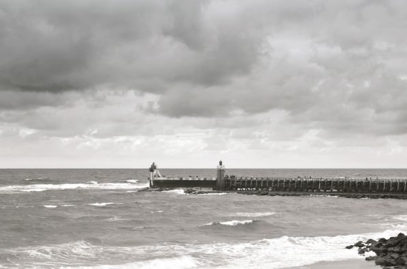 Paysage des Landes : phare et jetée - image libre de droits à télécharger / Photo noir et blanc de paysage océanique du sud des Landes
