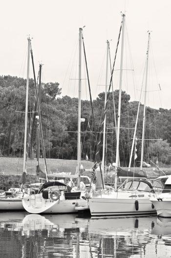 Voiliers au port - image maritime libre de droits à télécharger / Photo noir et blanc de voiliers accostés dans un petit port landais