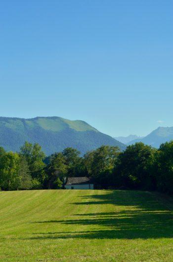 Petite grange en vallée d'Ossau - photo Béarn et Pyrénées libre de droits / image HD d'une grange béarnaise dans un paysage bucolique